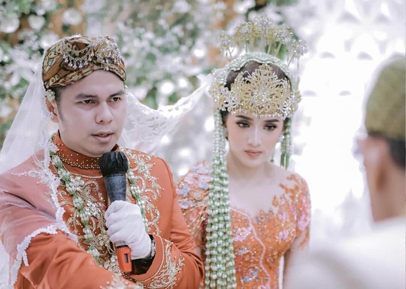 https: img.okezone.com content 2020 12 21 194 2331467 potret-pernikahan-rosiana-dewi-dan-handika-pratama-dengan-adat-sunda-dan-padang-Ry2KaGVBrB.jpg
