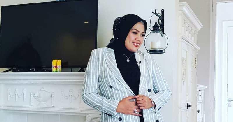 https: img.okezone.com content 2020 12 21 33 2331428 menikah-siri-elly-sugigi-kini-bebas-pacaran-CqF8NMoGfX.jpg
