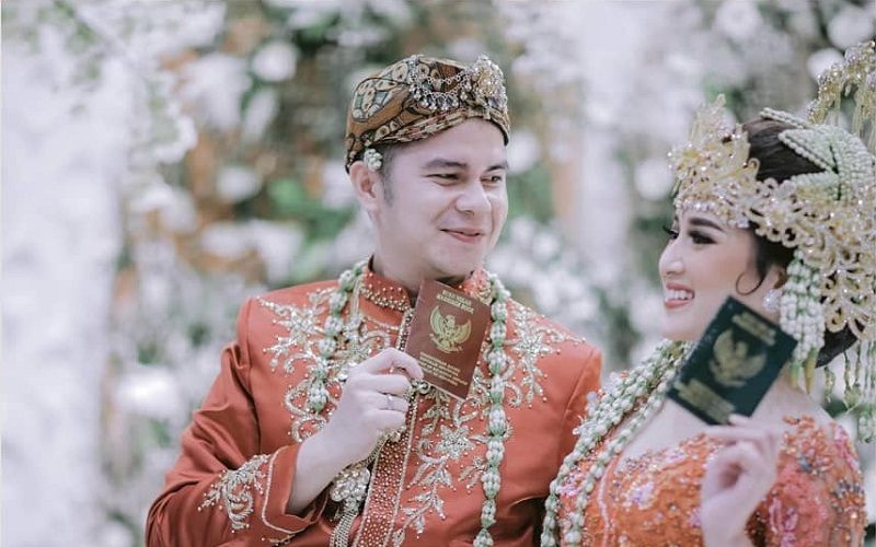 https: img.okezone.com content 2020 12 21 612 2331686 souvenir-pernikahan-handika-pratama-rosiana-dewi-tamu-dapat-logam-mulia-ZXDciWCBpD.jpg