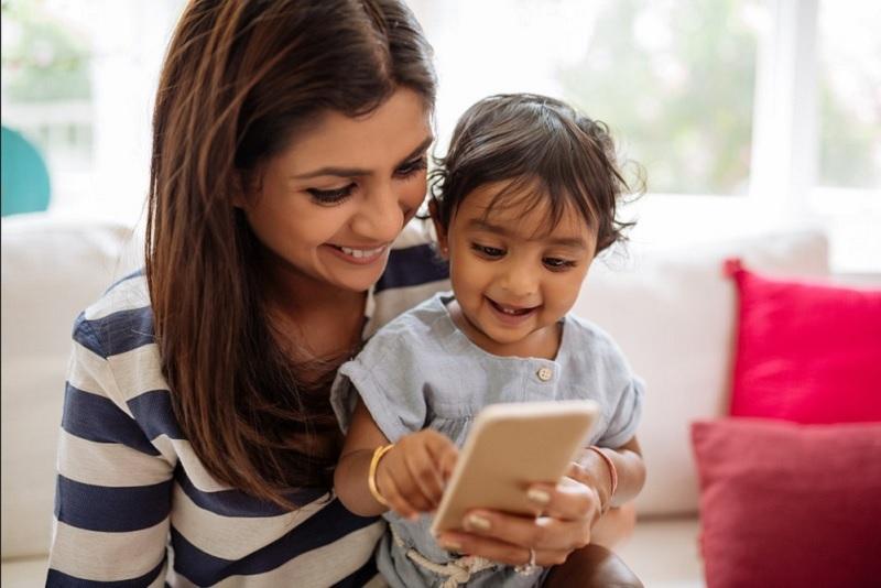 https: img.okezone.com content 2020 12 21 620 2331660 ciri-ciri-anak-kecanduan-gadget-orangtua-harus-waspada-U3fyFNPZLP.jpg