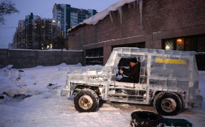 Unik, Mobil SUV G-Class Ini Dibuat dari Balok Es : Burkelandya Otomotif
