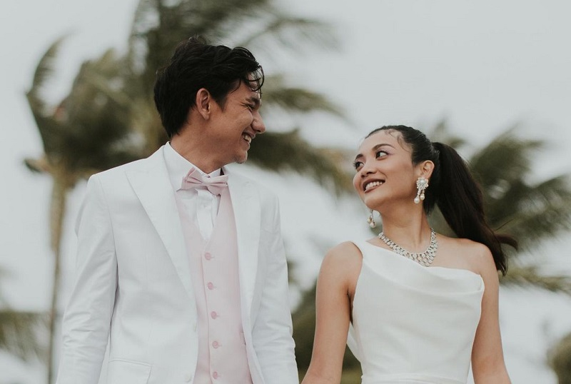 https: img.okezone.com content 2020 12 22 194 2332223 5-potret-pernikahan-adipati-dolken-canti-tachril-romantis-banget-tNnW7mTUif.jpg