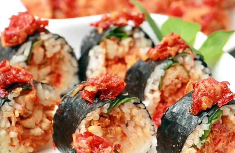 https: img.okezone.com content 2020 12 22 298 2332404 masih-suasana-hari-ibu-masak-sushi-geprek-saus-telur-untuk-manjakan-istri-di-rumah-yuk-PaEnq8CWO2.jpg