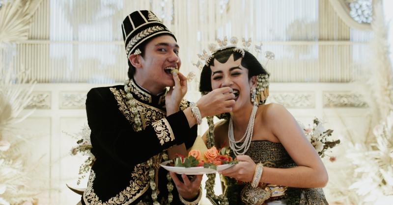 https: img.okezone.com content 2020 12 22 33 2332177 menikah-gunakan-baju-adat-jawa-adipati-dolken-dan-istri-masuk-angin-S7tMoRBtD8.JPG