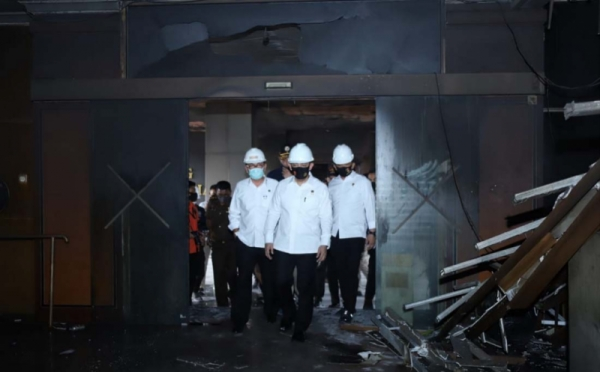 https: img.okezone.com content 2020 12 22 337 2331826 berkas-tersangka-kebakaran-gedung-kejagung-klaster-pekerja-bangunan-dinyatakan-lengkap-i3IIeYsbe9.jpg