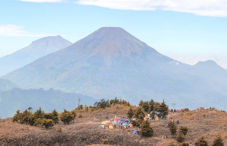 https: img.okezone.com content 2020 12 22 406 2331902 gunung-prau-ditutup-2-bulan-mulai-3-januari-2021-CwY1vPrygY.JPG