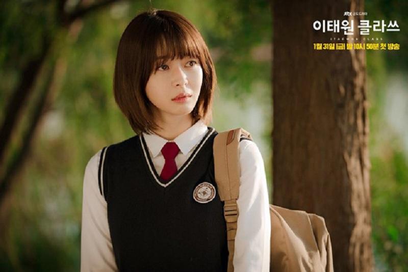 https: img.okezone.com content 2020 12 22 611 2332414 inspirasi-chic-gaya-rambut-aktris-cantik-drama-korea-itaewon-class-AEWIgTxoz1.jpg