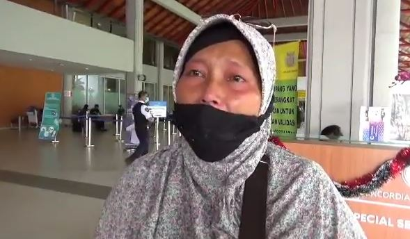 https: img.okezone.com content 2020 12 23 406 2332714 surat-rapid-test-antigen-ditolak-penumpang-protes-di-bandara-ngurah-rai-KuQ0lKaq8K.JPG