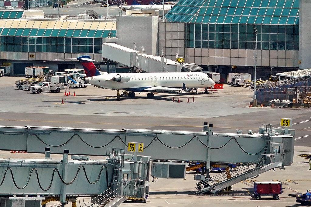 https: img.okezone.com content 2020 12 23 406 2332957 pesawat-lagi-jalan-penumpang-nekat-buka-pintu-darurat-lalu-keluar-bareng-anjing-cDt7Js6aNq.jpg