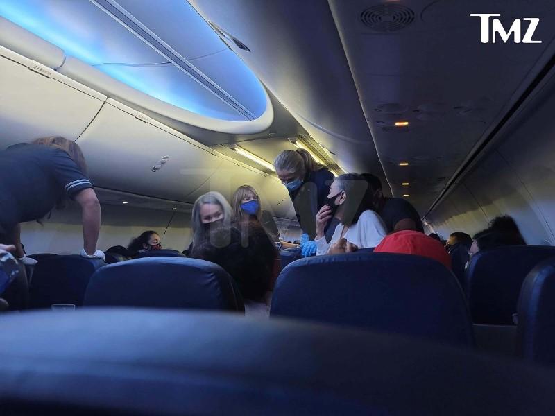 https: img.okezone.com content 2020 12 23 406 2333035 kisah-pria-bantu-penumpang-bergejala-covid-19-di-pesawat-rela-beri-napas-buatan-QF7ncGVCMX.jpeg