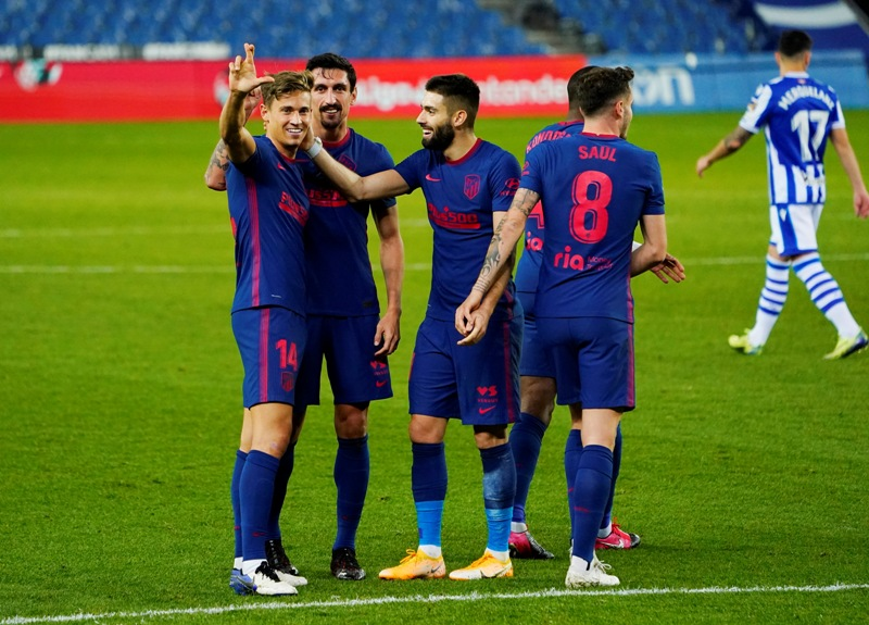 https: img.okezone.com content 2020 12 23 46 2332491 bungkam-real-sociedad-atletico-kukuh-di-puncak-klasemen-liga-spanyol-poGpcCqqS6.jpg