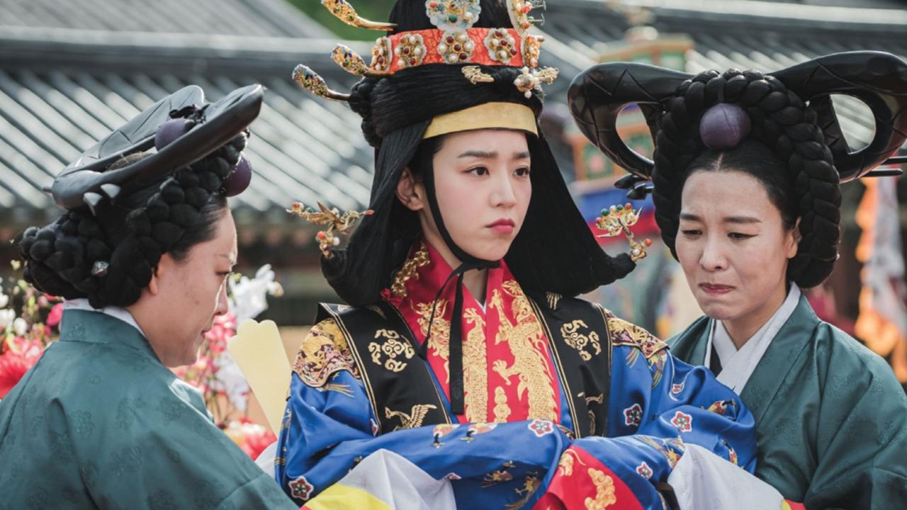 https: img.okezone.com content 2020 12 23 598 2333122 tayang-di-mnc-play-minggu-senin-pukul-20-45-begini-kisah-hidup-shin-hye-sun-sang-pemeran-mr-queen-yHaKOYhHMj.jpg