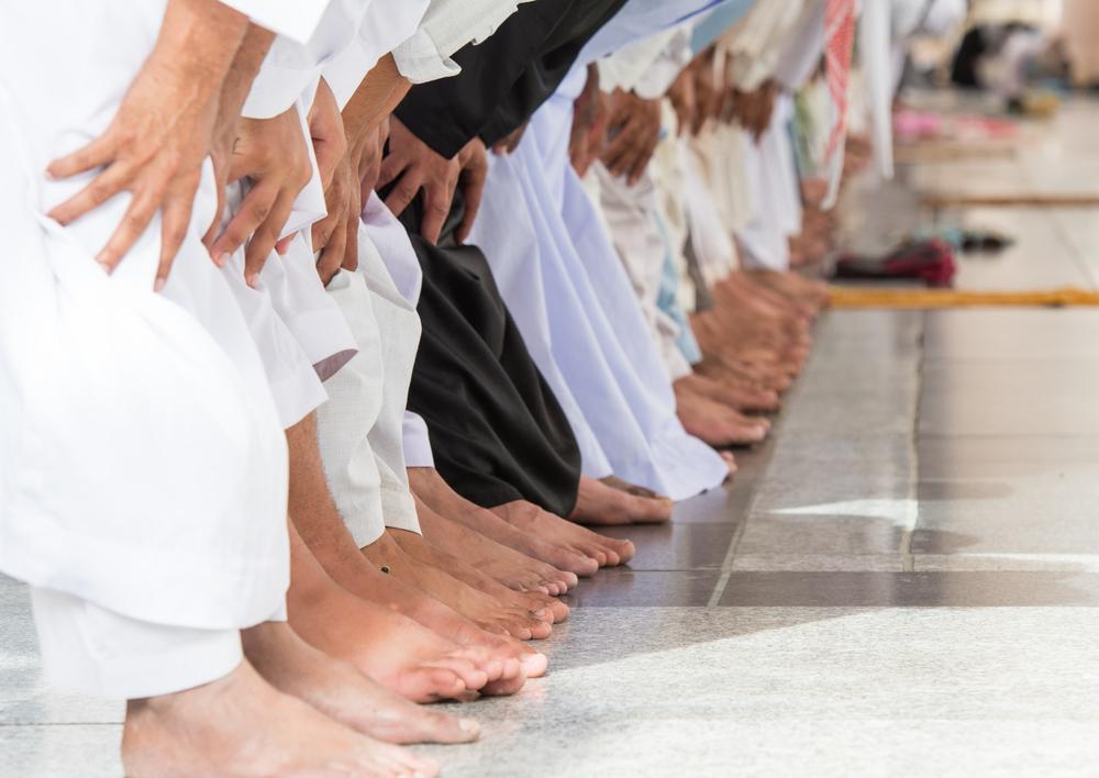 https: img.okezone.com content 2020 12 24 330 2333498 jamaah-sholat-jumat-meluber-hingga-luar-halaman-masjid-sahkah-ibadahnya-Calb4M37bg.jpg