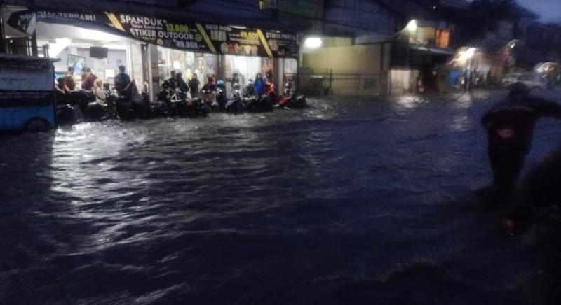 https: img.okezone.com content 2020 12 24 525 2333537 libur-natal-kota-bandung-dikepung-banjir-banyak-kendaraan-terjebak-bFD61XfZmv.jpg