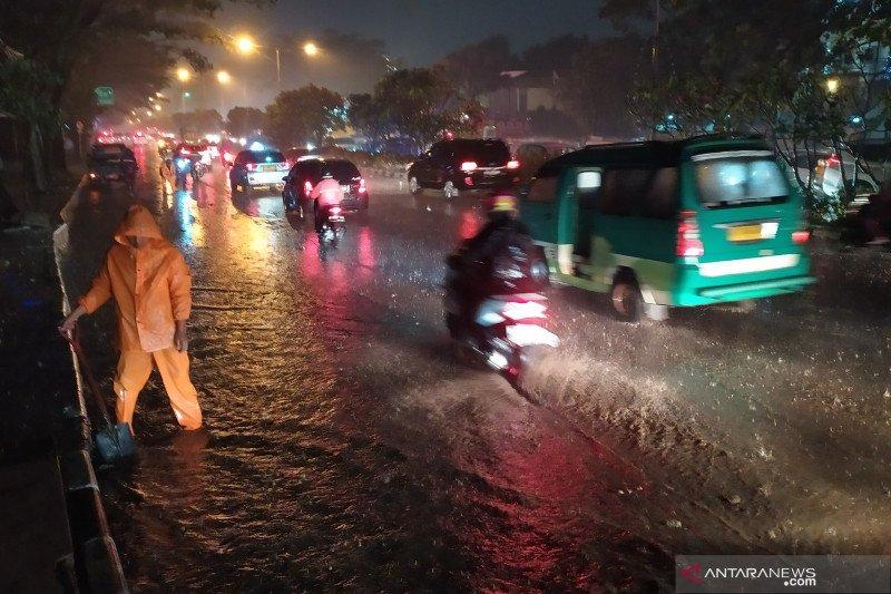 https: img.okezone.com content 2020 12 24 525 2333552 bpbd-kota-bandung-masih-mendata-daerah-yang-kebanjiran-dTjDi3uZTK.jpeg