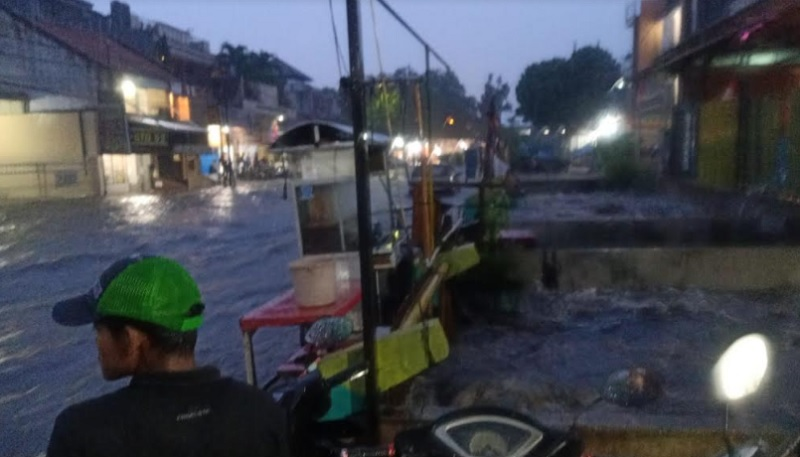 https: img.okezone.com content 2020 12 24 525 2333557 banjir-bandung-satu-orang-hilang-dan-sebuah-mobil-terseret-arus-VbaFi5De0h.jpg