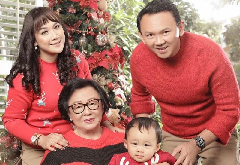 https: img.okezone.com content 2020 12 25 194 2333741 rayakan-natal-keluarga-ahok-kompak-pakai-outfit-merah-x7wRiZloQs.jpg