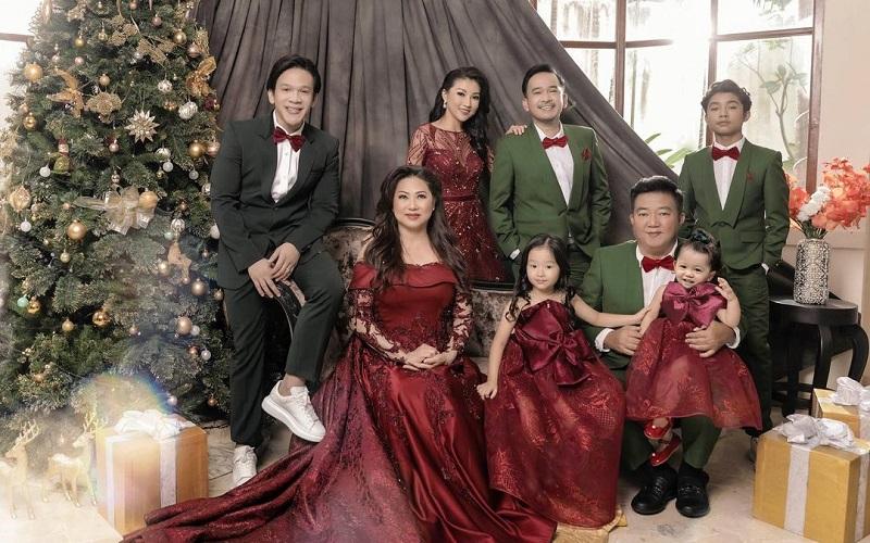 https: img.okezone.com content 2020 12 25 194 2333783 potret-foto-keluarga-edisi-natal-ruben-onsu-dan-sarwendah-dejQFzZxHA.jpg
