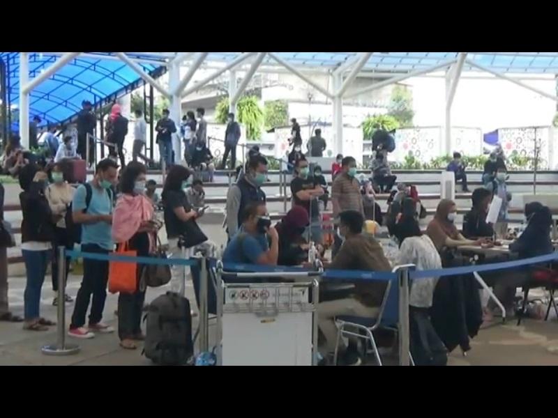 https: img.okezone.com content 2020 12 25 338 2333841 rapid-test-antigen-di-bandara-soetta-sedkitnya-100-calon-penumpang-pesawat-positif-covid-19-zolJAc1Ihb.jpg