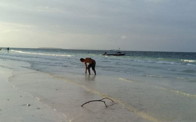 https: img.okezone.com content 2020 12 25 406 2333956 libur-natal-objek-wisata-pantai-di-makassar-sepi-pengunjung-jX5gGU6EBy.JPG