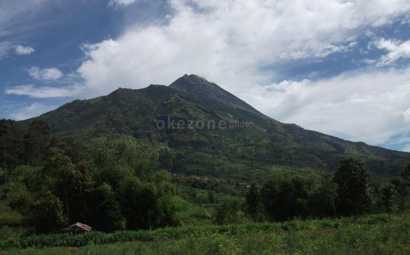 https: img.okezone.com content 2020 12 25 510 2333946 suara-gemuruh-6-kali-terdengar-dari-gunung-merapi-Y1pVD7NJRI.jpg