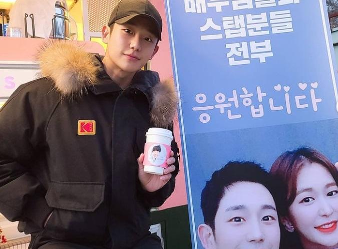 https: img.okezone.com content 2020 12 26 33 2334130 dukung-jung-hae-in-lee-je-hoon-jung-yoo-jin-kirim-kopi-ke-lokasi-syuting-QOi1dFUw24.jpg