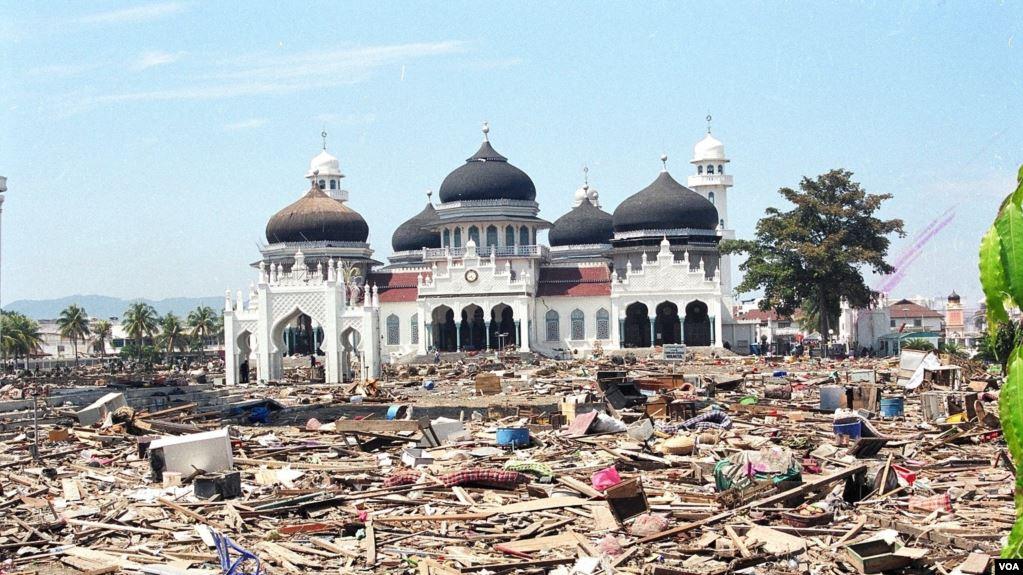 https: img.okezone.com content 2020 12 26 340 2334057 ini-foto-foto-dahsyatnya-terjangan-tsunami-aceh-16-tahun-silam-24piLMdnFM.jpg