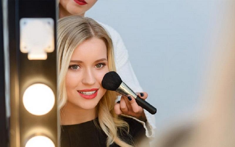 https: img.okezone.com content 2020 12 26 611 2334117 5-tips-makeup-sederhana-untuk-menyambut-tahun-baru-dicoba-yuk-rwYTBfNmKB.jpg