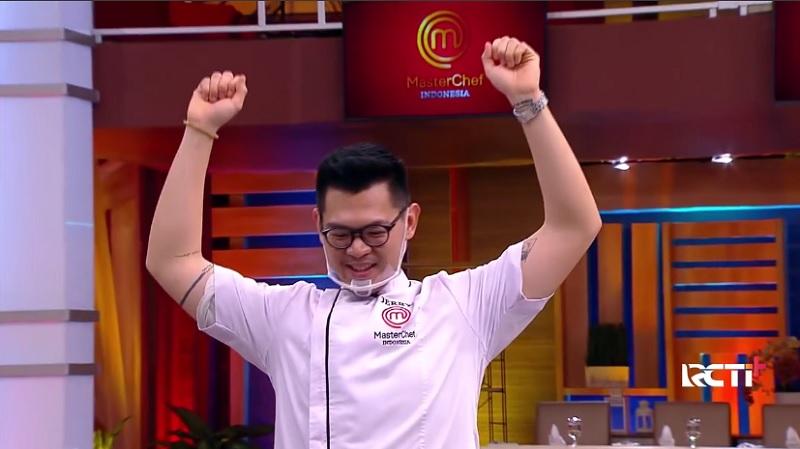 https: img.okezone.com content 2020 12 27 298 2334600 selamat-jerry-juara-masterchef-indonesia-season-7-SrA8PcUkgs.jpg
