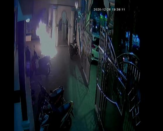 https: img.okezone.com content 2020 12 27 338 2334295 polisi-periksa-pelempar-bom-molotov-ke-masjid-di-cengkareng-RFbK4czEfu.jpg