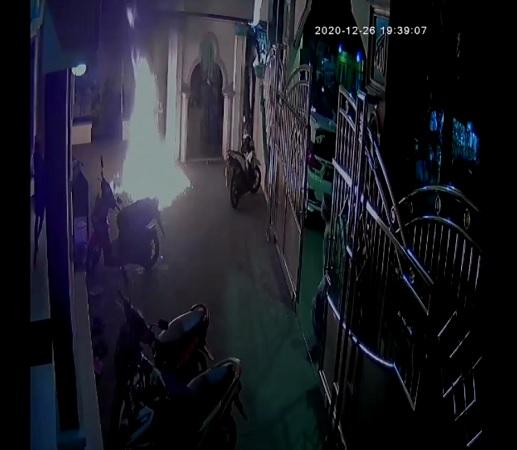 https: img.okezone.com content 2020 12 27 338 2334307 polisi-dalami-motif-pelaku-lempar-bom-molotov-ke-masjid-di-cengkareng-ldjucpH3c6.jpg