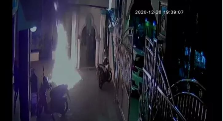 https: img.okezone.com content 2020 12 27 338 2334626 pelempar-bom-molotov-ke-masjid-al-istiqomah-cengkareng-dirujuk-ke-psikiater-7qQNd3QKb8.JPG