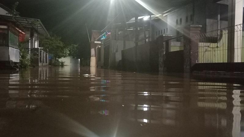 https: img.okezone.com content 2020 12 27 525 2334308 sungai-singaraja-meluap-puluhan-rumah-di-cirebon-terendam-banjir-STgQpB6T2E.jpg