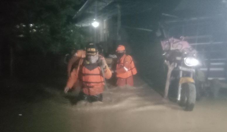 https: img.okezone.com content 2020 12 27 525 2334322 lima-kecamatan-di-cirebon-terendam-banjir-xyJiH3KPCV.jpg