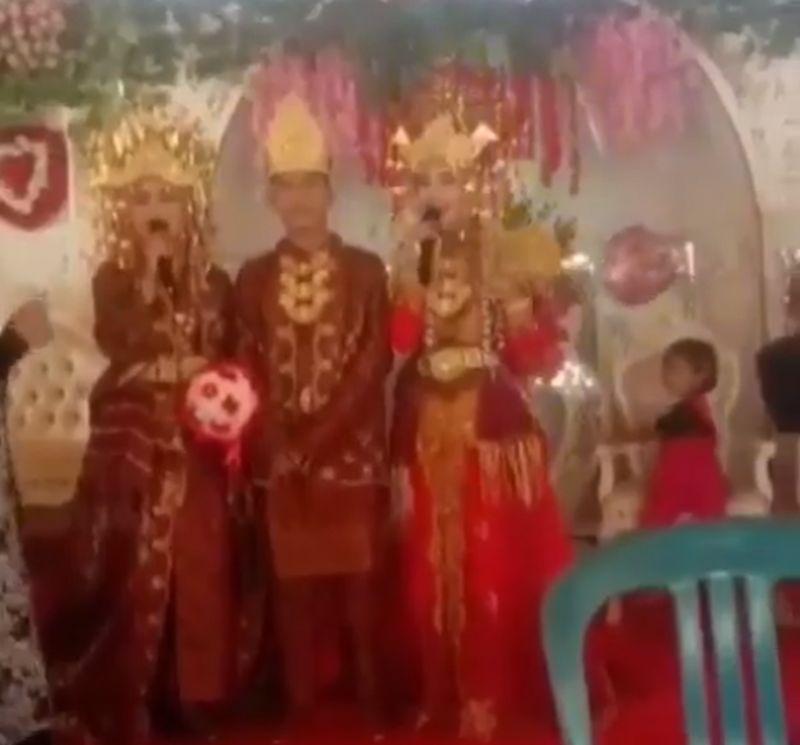 https: img.okezone.com content 2020 12 27 610 2334375 menikahi-2-wanita-sekaligus-pria-ini-bak-sultan-berdiri-di-pelaminan-JuKCLSgNv2.jpg
