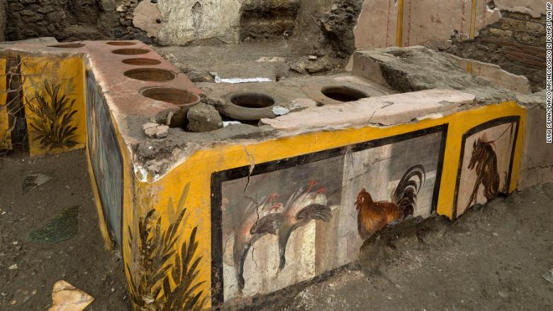 https: img.okezone.com content 2020 12 28 18 2335110 arkeolog-temukan-jejak-jajanan-kaki-lima-berusia-2-000-tahun-frjn1qHPjl.jpg