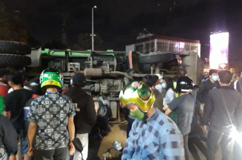 https: img.okezone.com content 2020 12 28 338 2334888 dump-truck-pecah-ban-timpa-pengendara-motor-korban-tewas-67dFkKhRNB.jpg