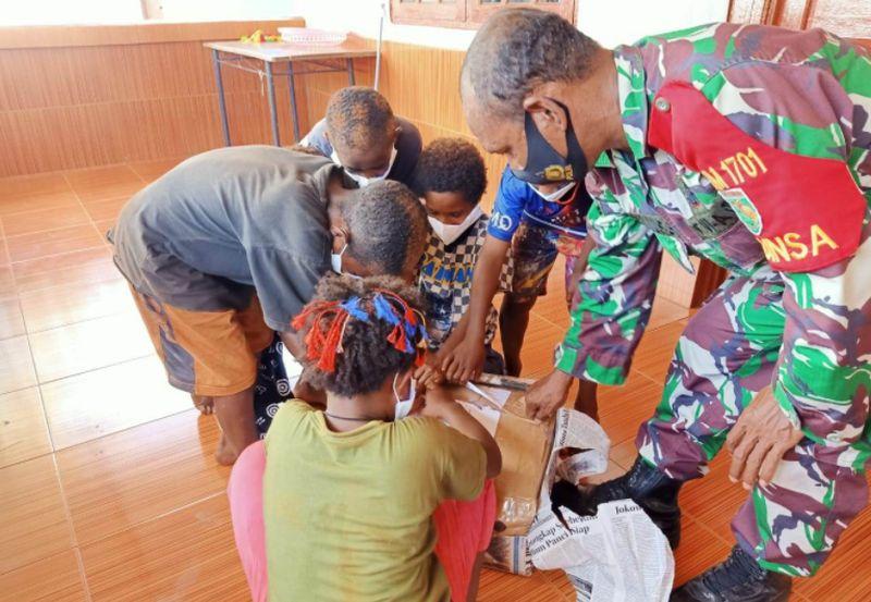 https: img.okezone.com content 2020 12 28 340 2335229 tni-dan-relawan-pendidikan-bagikan-bingkisan-natal-ke-anak-anak-papua-eP1jgqtnhK.jpg