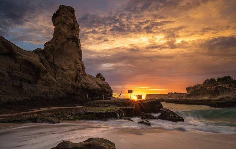 https: img.okezone.com content 2020 12 28 408 2335066 wisata-pantai-klayar-pacitan-melihat-batu-sphinx-hingga-seruling-samudera-FAMlGDHKBL.jpg