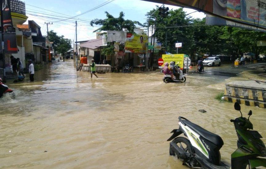 https: img.okezone.com content 2020 12 28 519 2335019 kali-lamong-gresik-meluap-ratusan-rumah-terendam-banjir-Tu7h96tDLa.jpg