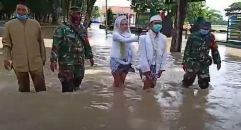 https: img.okezone.com content 2020 12 28 519 2335128 sungai-meluap-pasangan-pengantin-ini-nekat-jalan-kaki-menembus-banjir-ke-kua-Cnk4kX3QLG.jpg