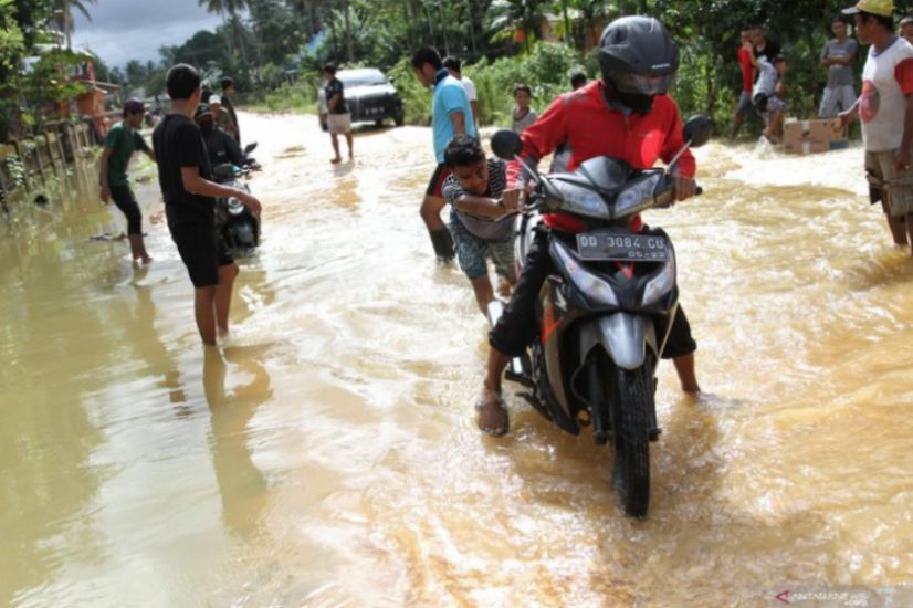 https: img.okezone.com content 2020 12 28 609 2335003 waspada-banjir-bandang-berpotensi-terjang-3-daerah-di-sulsel-s2EVDkbEly.jpg