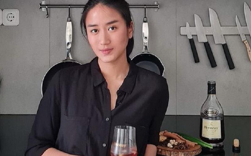 https: img.okezone.com content 2020 12 28 612 2335123 lebih-sering-pesan-chef-renatta-mengaku-jarang-masak-di-rumah-fCAAPRoFSM.jpg
