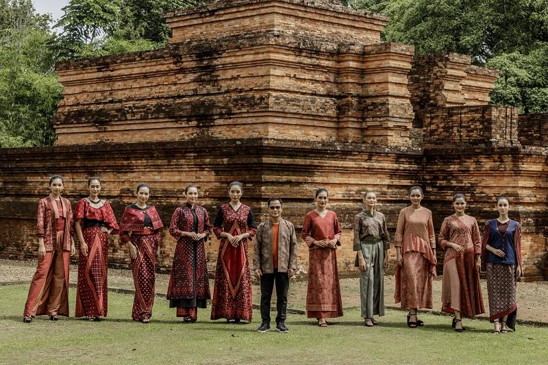 https: img.okezone.com content 2020 12 29 194 2335425 cantiknya-fashion-show-batik-berpadu-dengan-keindahan-candi-muaro-jambi-xJYceVbAf6.JPG