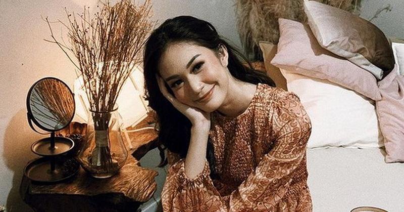 https: img.okezone.com content 2020 12 29 33 2335437 aktris-faradilla-yoshi-umumkan-positif-covid-19-QO5UzDV9C7.jpg