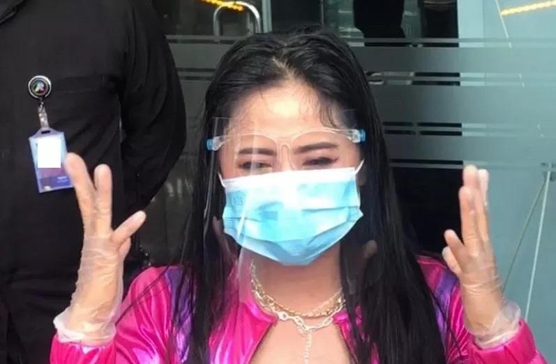 Hidup Sehat, Dewi Perssik Bingung saat Kena Covid-19 : Burkelandya Celebrity