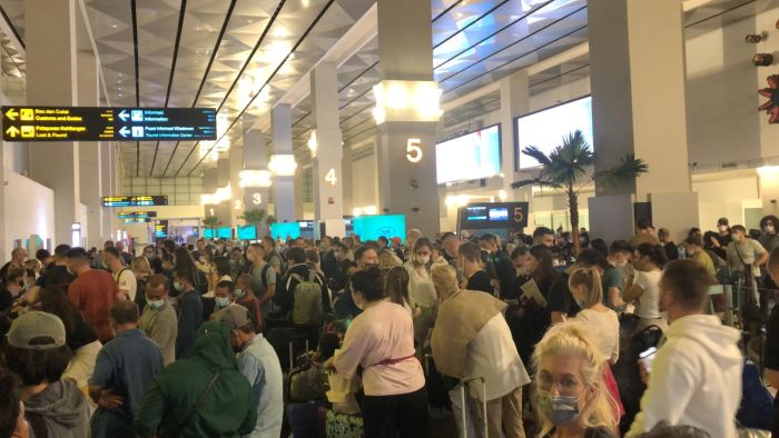 https: img.okezone.com content 2020 12 29 338 2335445 viral-foto-kerumunan-di-bandara-soetta-warganet-kok-bisa-ya-liburan-pas-pandemi-REqNZjJmyn.jpg