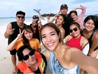 https: img.okezone.com content 2020 12 29 549 2335816 intip-pelesiran-gisel-di-pantai-ntt-yang-mirip-pulau-kanawa-VQnbJGVHmX.JPG