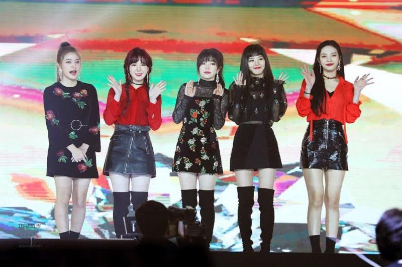 https: img.okezone.com content 2020 12 30 194 2336394 inspirasi-outfit-mini-skirt-style-ala-girlband-korea-dari-snsd-hingga-red-velvet-wu0SJMxJ2N.jpg