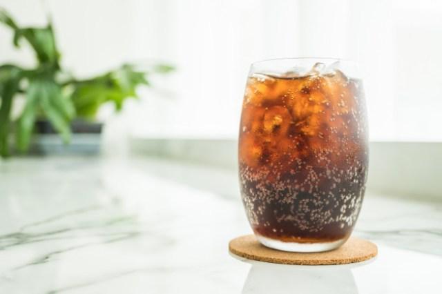 https: img.okezone.com content 2020 12 30 298 2336473 yuk-hindari-minum-soda-ini-dampaknya-untuk-kesehatan-tubuh-ODP3l0EKys.jpg